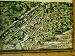 Photo: Beschriftetes Luftbild vom Ollen Dreisch auf der Informationstafel des Kleingartenvereins. Schlackenhügel am Bach habe ich darauf noch nicht entdeckt - vielleicht hat aber jemand Schlacke im Beet?