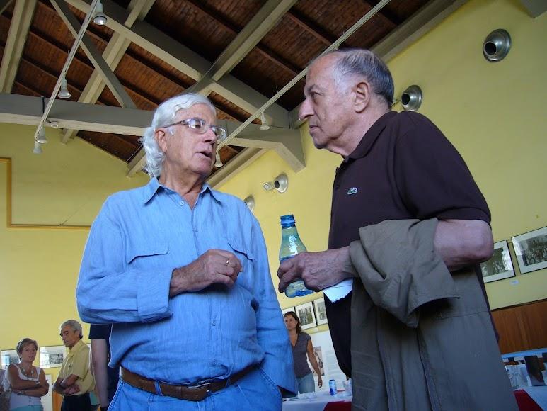 Pérez Siquier charlando con Juan Goytisolo. (Foto: Guillermo Fuertes)