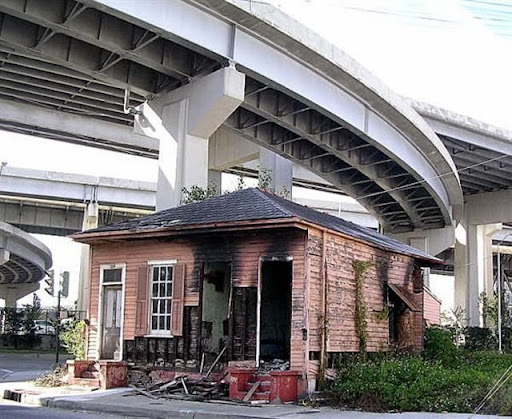 Une maison brulee sous un echangeur