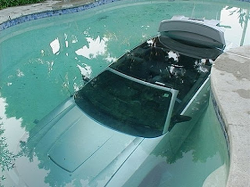 Une voiture dans la piscine