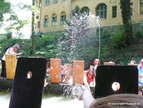 Photo: Und die Erwachsenen werden auf dem Stocherkahn zu großen Kindern ... beste Stimmung bei einer Wasserschlacht im Hochsommer.