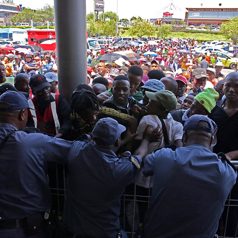 Bienvenido sacudir Descuidado  WATCH | #BlackFriday crowd chaos outside Nike Factory Store