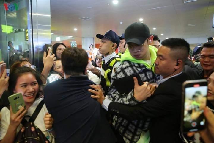 chanyeol sehun vietnam airport 2