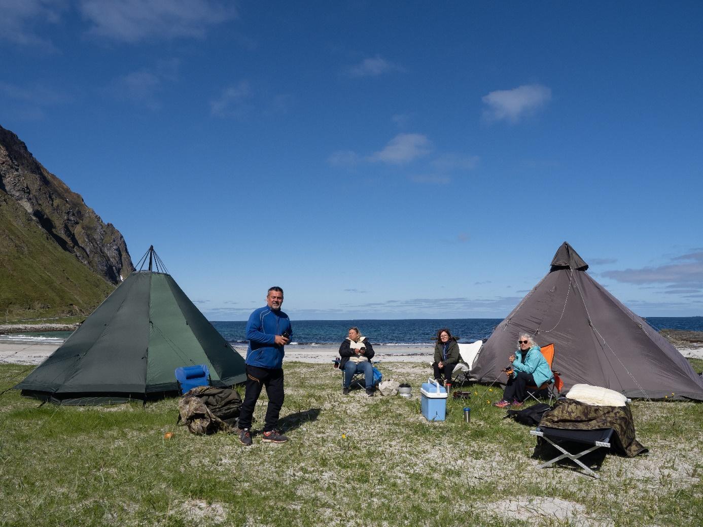 Et bilde som inneholder gress, utendørs, telt, felt  Automatisk generert beskrivelse