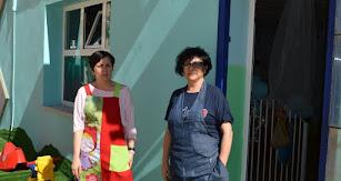 Consuelo Segura y Loli López, de Kindergarden, a las puertas del centro.