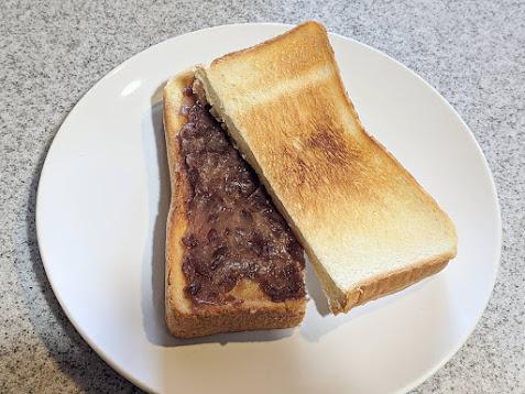 トーストにあんバターを乗せ、半分にカットしてパンを斜めに重ねている画像