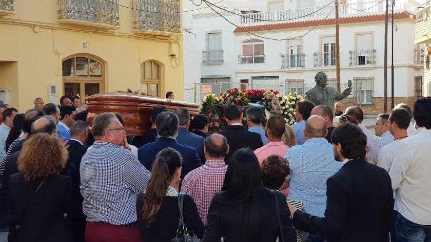 El féretro con el cuerpo de José Carmona para junto al busto en honor de su padre.