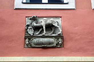 """Photo: Hauszeichen am """"Haus zum Kamel"""" , Keßlerstraße 9 in Bamberg. 1589 wahrscheinlich von Hans Werner geschaffen."""