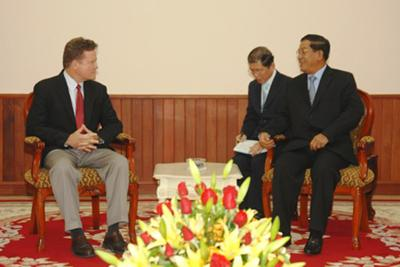http://vietecology.org/images/Articles/HI_NH II_ JIM WEBB AND PM HUN SEN.jpg