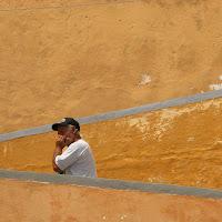 Il pescatore sulle scale sotto il sole