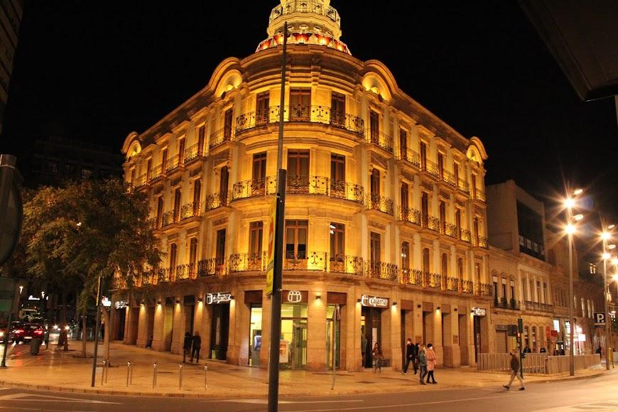 El edifico de las mariposas, sede de Cajamar, iluminado de naranja por el Día Mundial del Síndrome de Asperger.