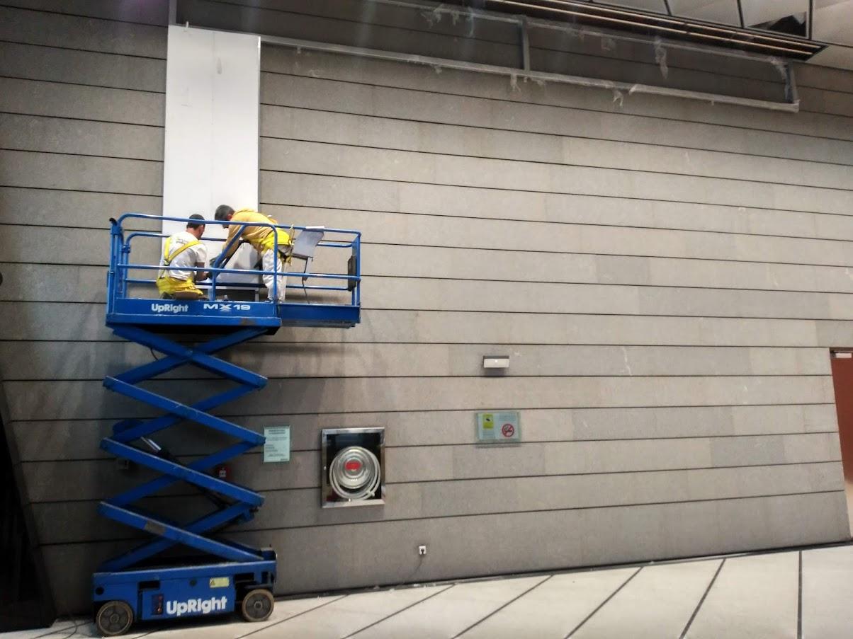 Instalación de los rastreles de aluminio y los paneles de PVC