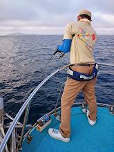 """Photo: 「うりゃー!きたぞー!」こちらも初乗船!茨城からの""""ヤマグチさん""""フィーッシュ! ドラグかなり閉めてるんですがー! ガンガンだされるー! かなりデカそう!"""
