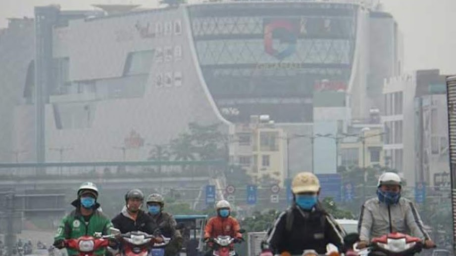 Bụi mịn dầy đặc trong không khí trên đường Phạm Văn Đồng đoạn trung tâm thương mại Gigamall