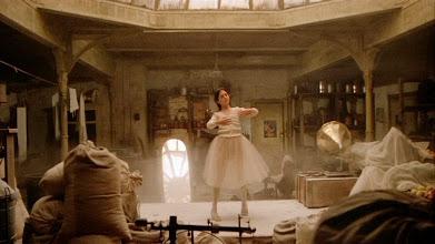 """Photo: A cena de introdução da personagem Debbie (Jennifer Conelly) em """"Era uma Vez na América"""", dançando Ballet. Tal cena foi influenciada por quadros do pintor Degas."""