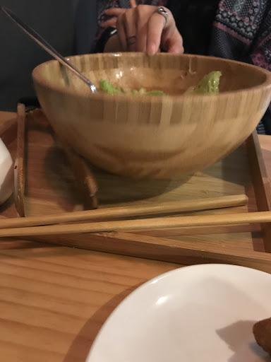餐具選擇很不用心,吃沙拉的時候,木碗非常不穩,很不方便食用。 咖啡非常普通... 唯一優點只有蝦子不錯吃,兩個人吃了1260