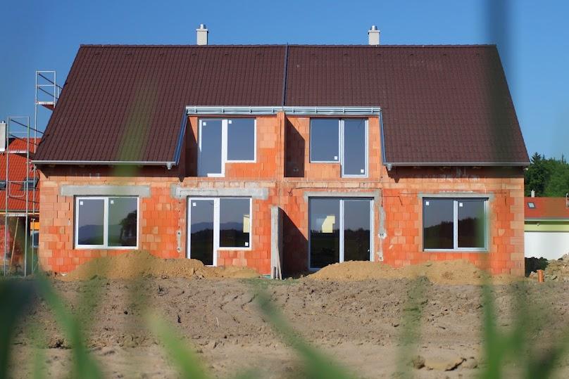 Średniej wielkości dom dwupokoleniowy ma około 120–150 metrów