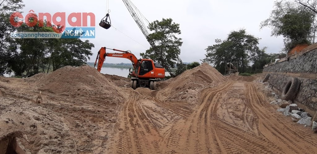 """Một bãi tập kết cát """"chui"""" trên địa bàn xã Bồi Sơn, huyện Đô Lương"""