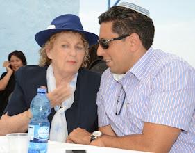 Photo: יהודית עבו עברון משוחחת עם אילן שוחט ראש העיר צפת