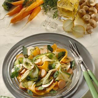 Gemüse-Salat mit Würstchen