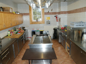 Photo: Die geräumige Küche ist bestens ausgestattet und bietet jeden Komfort, um richtig aufkochen zu können.