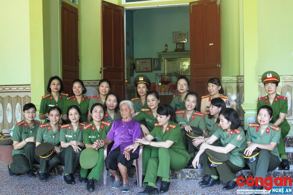 Hội Phụ nữ Công an tỉnh Nghệ An thăm hỏi, tặng quà mẹ Việt Nam anh hùng
