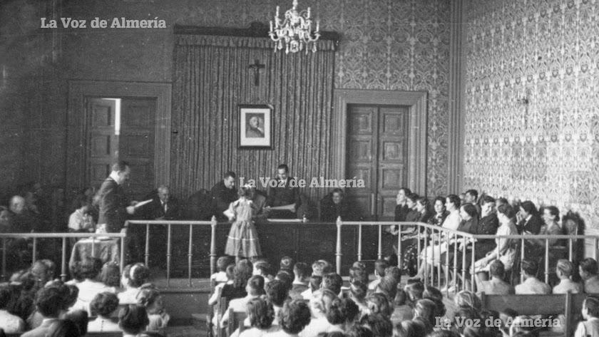 Una clase del Instituto de la calle Javier Sanz a finales de los años 50. La cruz presidía la pared principal.