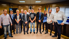 Los pescadores del barco 'Mi Lalita' recibieron ayer un homenaje de Gabriel Amat y el resto de la Corporación.