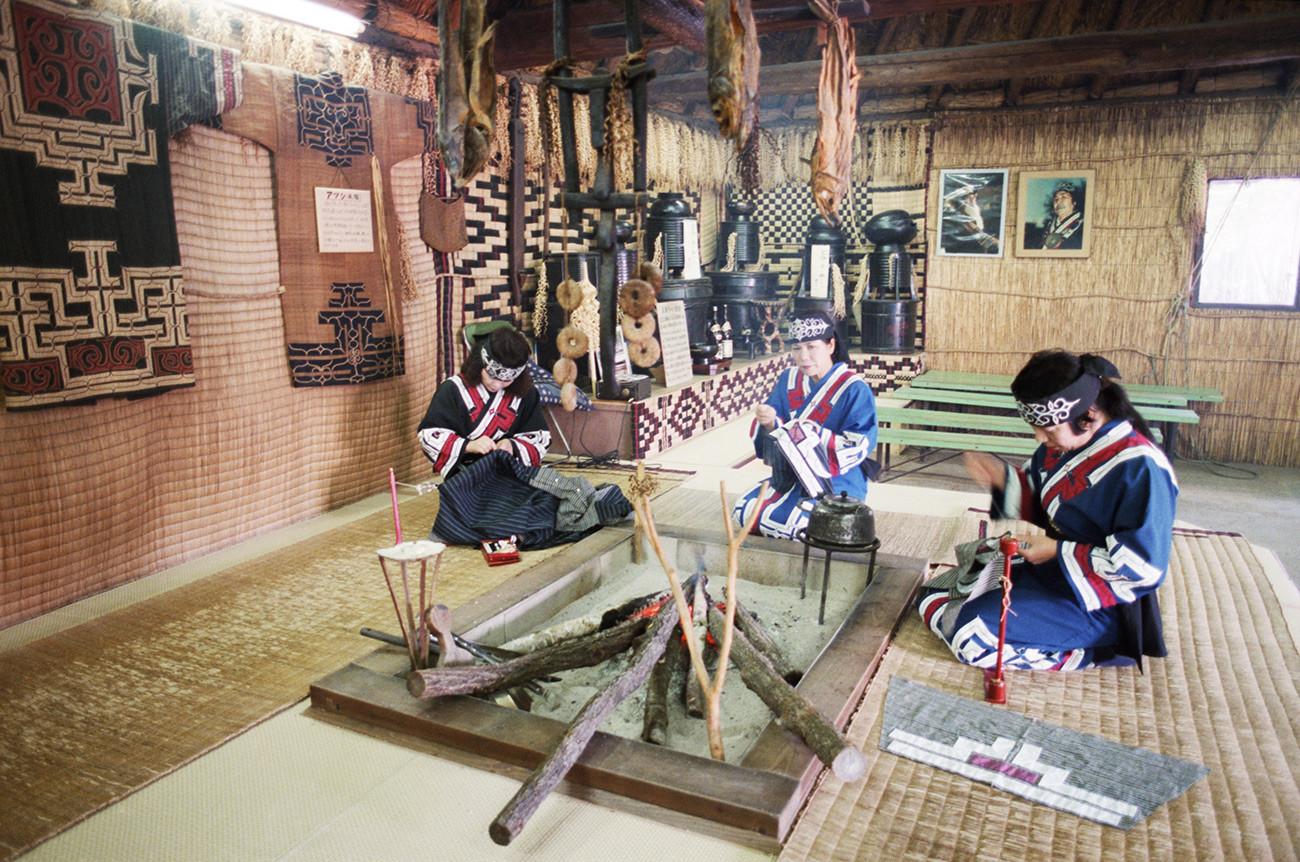 Коренные жители острова Хоккайдо айны в своем доме