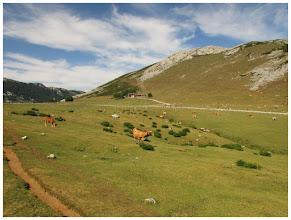 Photo: Me separo del resto de compañeros (que van por la pista). Yo lo hago por la verde pradería. Un camino mucho más mullido.