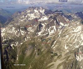 Photo: Haute vallée du Marcadau: vision aérienne sur les crêtes frontaliére avec l'Espagne jusqu'à la Grande Fache 3006 m.