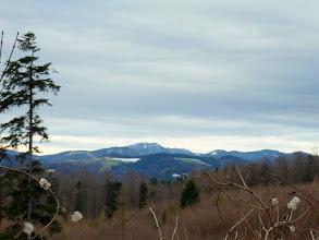 Photo: Bald nach dem Start ergeben sich erste Ausblicke zu Höhenberg (1027m), Reisalpe (1399m), Hochstaff 1305m), Schwarzkogel (1278m), Schwarzwaldeck (1074m), Kiensteineröde (1160m) und Wendlgupf (1110m).