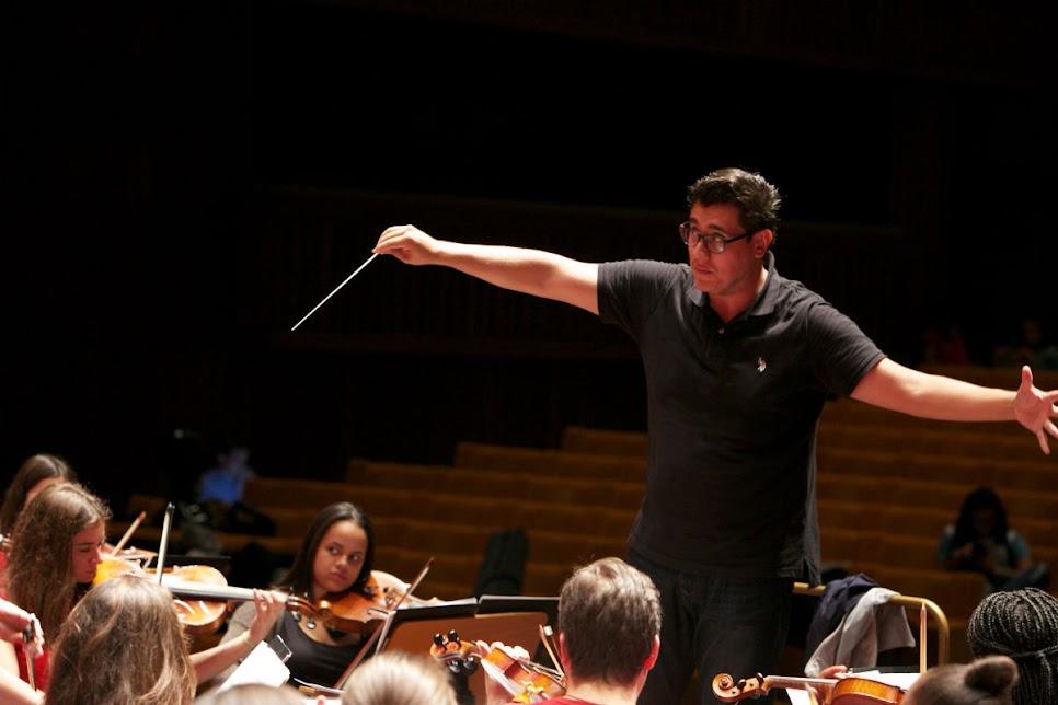 Jesús Uzcátegui comandó el ensayo conjunto entre la Juvenil de Caracas y la Orquesta Geraçao. El encuentro de los jóvenes de ambas orquestas convirtió el auditorio de la Fundación Gulbenkian en una fiesta de sonrisas. Hubo lugar para el aprendizaje y hasta para posar en las selfies.