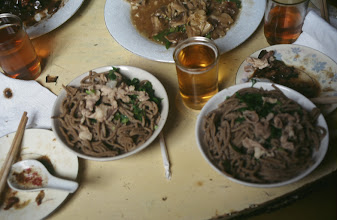 Photo: 03558 土城子/食堂/麺料理/セイロにホーロー床子で押し出し、蒸して羊肉のスープ、香菜、トウガラシの油漬けの薬味で食べる。