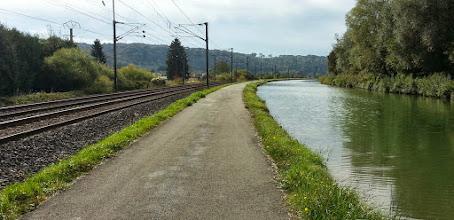 Photo: La vélovoie, coincée entre la voie ferrée et le canal du Rhône au Rhin