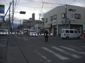 Photo: 東日本大震災による停電で信号機が消え、警官が交通整理をしている様子