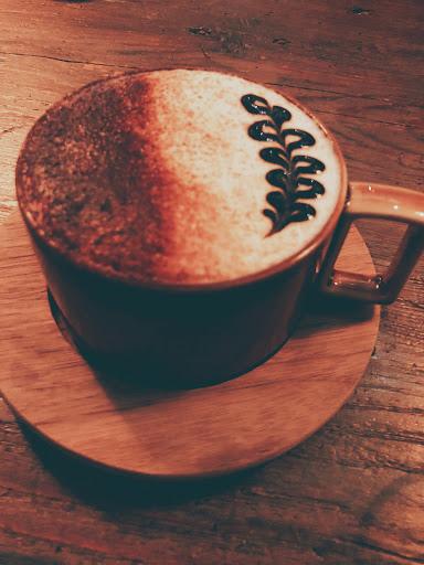 💡這是一家充滿復古風與咖啡香的咖啡店,隱藏在台北市的小巷子裡,在這裡除了可以小酌一下也可以來個文青的下午,跟朋友來不知不覺就坐了三個小時,當然除了用餐氣氛很棒外,忙歸忙但服務生不會展現出不耐煩的態度