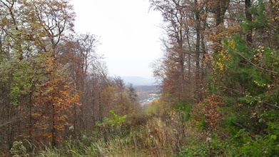 Photo: Blick von der Ferngasleitung etwas unterhalb vom Wanderweg A8 bei Ahringhausen/Süßenberg auf die Bundesautobahn A1 mit der Nordseite des Rastplatzes Funckenhausen. Im Hintergrund die Hohensyburg.