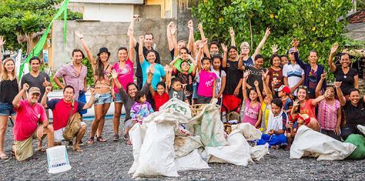 bersih bersih pantai dengan Trash Hero Bali Amed