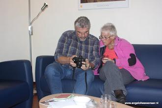 Photo: Rob laat Rina de foto's zien