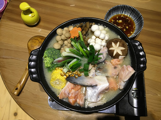 (不推)山水盛合刺身特上.岩板燒骰子牛肉(推)揚出豆腐.鮭魚卵蒸飯.鮮魚湯味增湯.炒烏龍,慢食文化,出菜要等滿久的,但是服務態度很好!