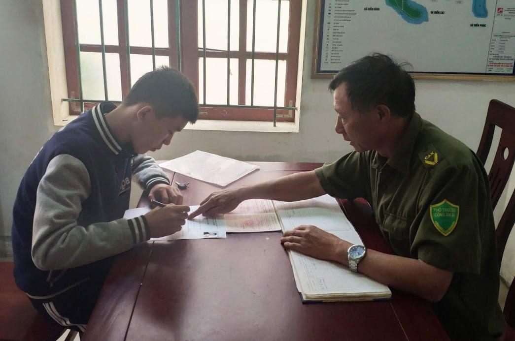 Công an xã Diễn Quảng hướng dẫn nhân dân hoàn tất hồ sơ thủ tục hành chính