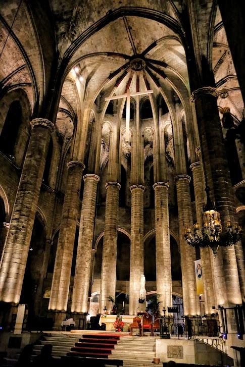 Wnętrze katedry Santa Maria del Mar w Barcelonie