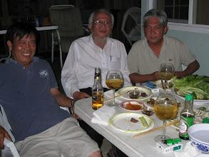 Photo: Từ trái sang: Đậu & Hoàng (CN 70-73 ),Đ .T. Lung (cựu giáo sư An Mỹ)