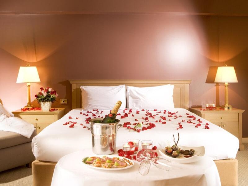 thiết kế phòng tân hôn lãng mạng với hoa hồng