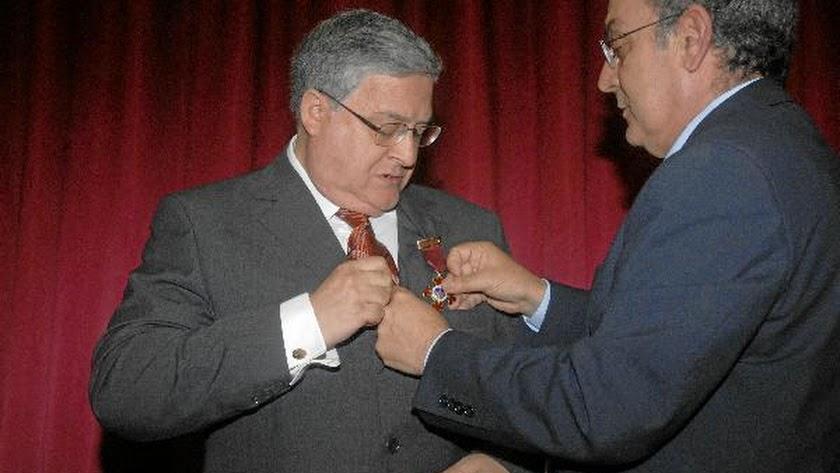 Manuel Cáliz recibiendo la Cruz de la Orden de Alfonso X El Sabio.