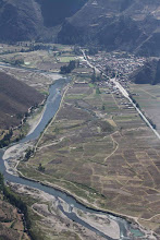 """Photo: Pueblo de Qolla, carretera, campos y río """"Alturas"""" del valle del Urubamba"""