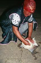 Photo: 03174 ブルド/ハスバータルイ家/ツァガン・トス(乳製品)作り/ウルムを弱火で煮ると、液体のシャル・トスと残りのツァガーン・トスができる。