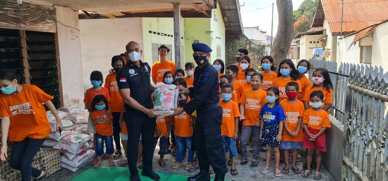 Peduli Anak , Kasat Narkoba Polrestabes Medan Memberikan Bantuan Sembako Kepada Komunitas Anak Yededhya
