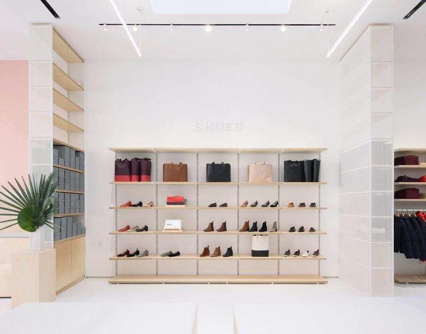 mẫu shop quần áo phong cách tối giản
